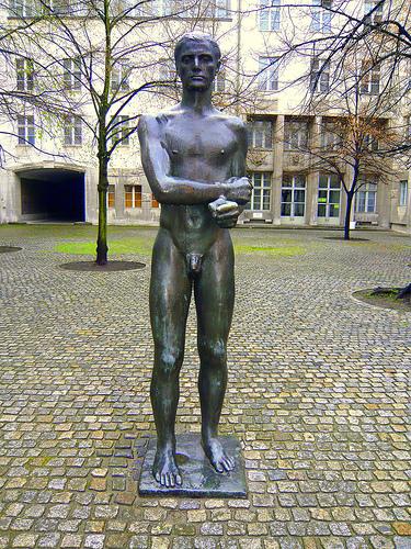 Statua che ricorda il luogo dell'esecuzione a Bendler Block, Berlino.